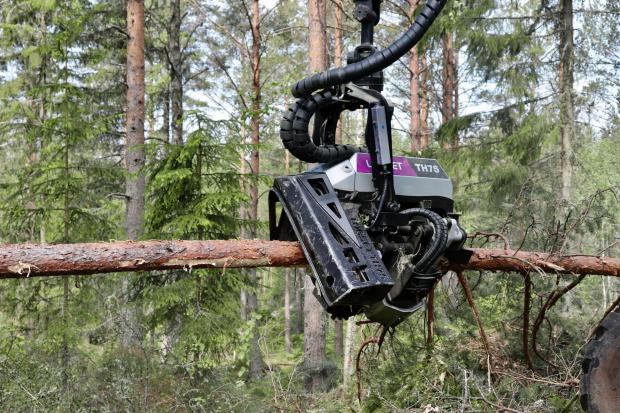 Forestry Journal:  The new hydraulic solution brings more oil flow to the harvester head, which means it can reach higher feeding speed while using large 820 cc feeding motors.