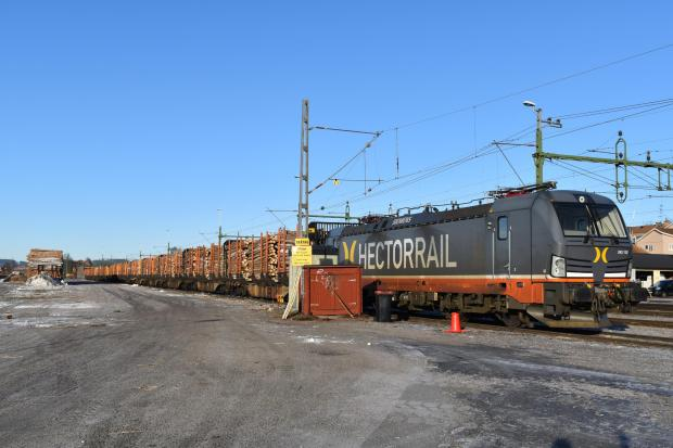 Forestry Journal: Hector Rail AB is one of ExTe's main rail transport customers. The company owns 175 bogie wagons with 1,239 timber bunks, 648 support bolsters and 230 end walls. A train from a second customer, TAGAB, was also being loaded on the same morning.