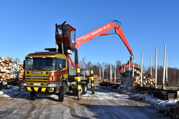 Forestry Journal: The arrival of a fresh timber delivery meant an unmissable opportunity to see the Göransson independent loader at work.