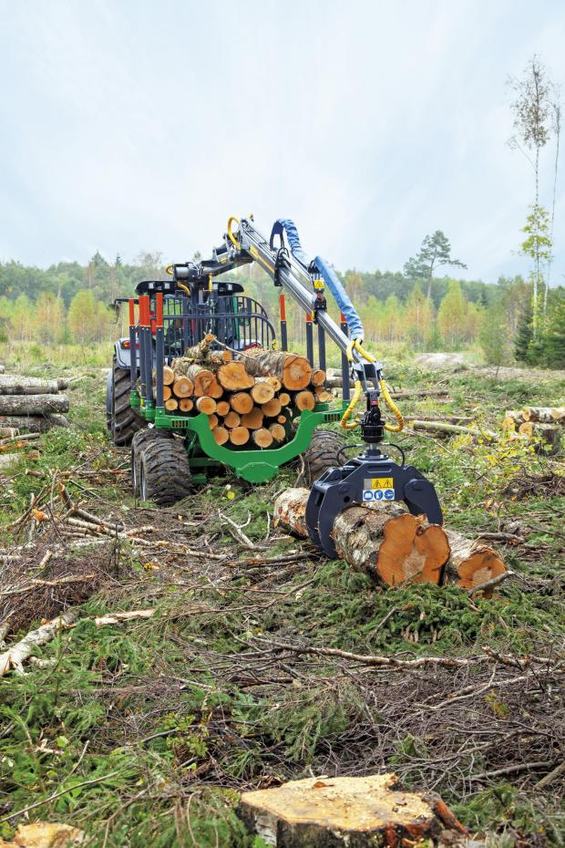 Forestry Journal: The Farma G2 range starts at 10-tonne up to the new improved G2 T14, fitted with 600/50/22.5 tyres as standard. A new addition is the T17DB trailer, which handles two bays of 3 m with ease.